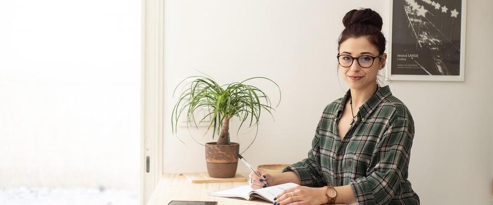 Julie, créatrice de contenu et community manager en auto-entreprise